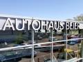 Profilbuchstaben (Profil 5s, Unterteil aus Aluminium, Oberteil aus Acrylglas) mit LED-Ausleuchtung und Montage an Glasfasade: Autohaus Beier Karlsruhe