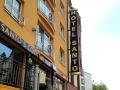 Aussteckfahne Sonderbau doppelseitig mit aufgesetzten Profilbuchstaben (Profil 5), goldtransluzenter Folie und LED-Ausleuchtung: Hotel Santo Karlsruhe