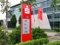 Pylon mit integrierter Uhr-, Datums- und Temparaturanzeige sowie LED-Technik/Ausleuchtung: Sparkasse Karlsruhe
