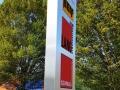 Pylon einseitig mit LED Beleuchtung und durchgestecktem Acryl, foliert mittels PVC-Hochleistungsfolie Fronten aus Edelstahl, gebürstet: Lang Bau GmbH & Co. KG, Ettlingen