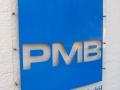 Hinweisschilder aus Plexiglas mit digital bedruckter Hochleistungsfolie: PMB Maschinenbau