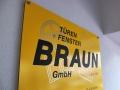 Schild aus Trespa Platte mit digital bedruckter PVC-Hochleistungsfolie: Türen & Fenster Braun Rastatt